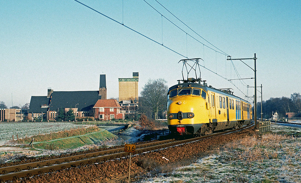Hondekop (dog face) 342 departs Marienberg (NL) on its way from Emmen (NL) to Zwolle (NL) on 30 December 1992.