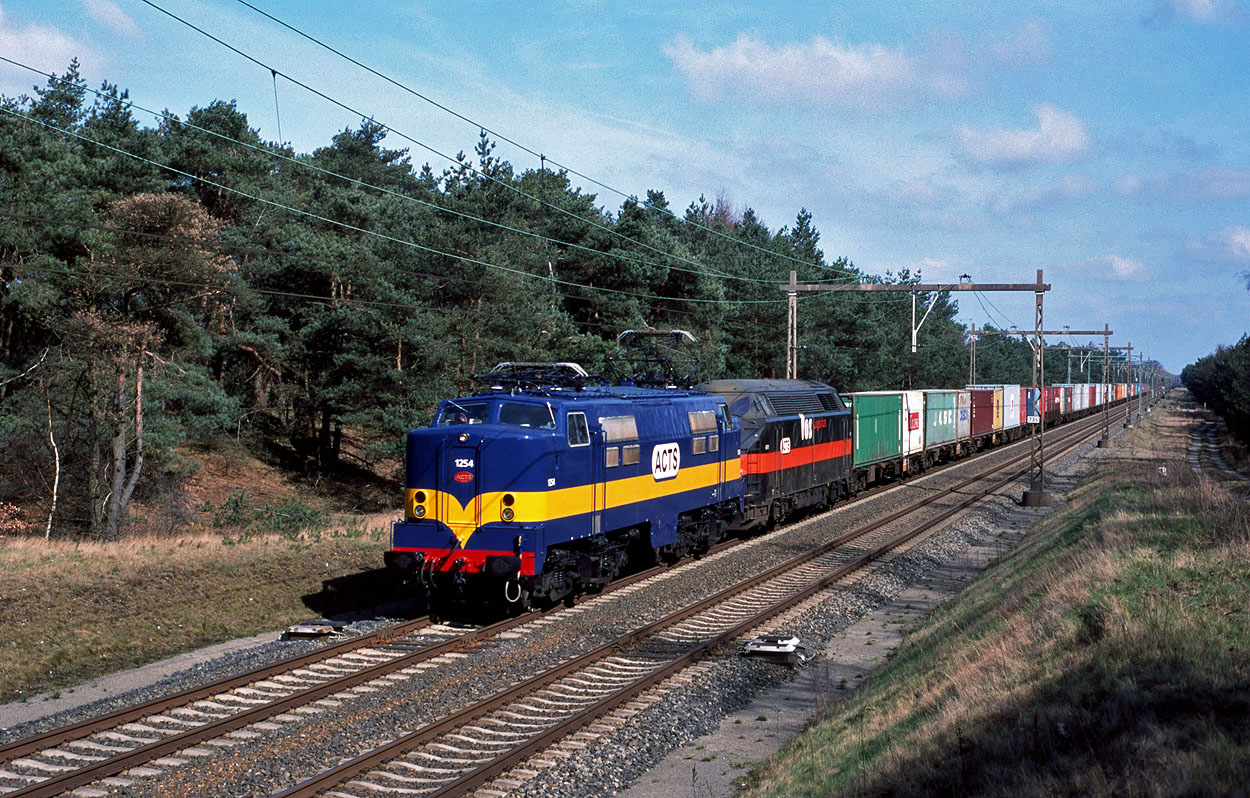 ACTS 1254 and ACTS 6701 haul container train 98249 (Onnen, NL - Kijfhoek, NL) at 't Harde on 19 March 2000.