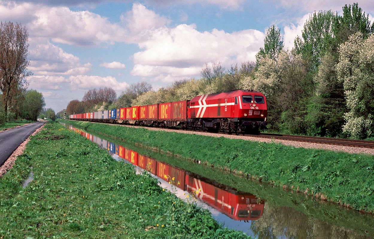 ShortLines used HGK DE 13 (one of the three type MaK DE 1024 locomotives) to haul Rail Terminal Born train 98101 (Europoort P&O NSF, NL - Sittard, NL) at Barendrecht Vork on 14 April 1999.