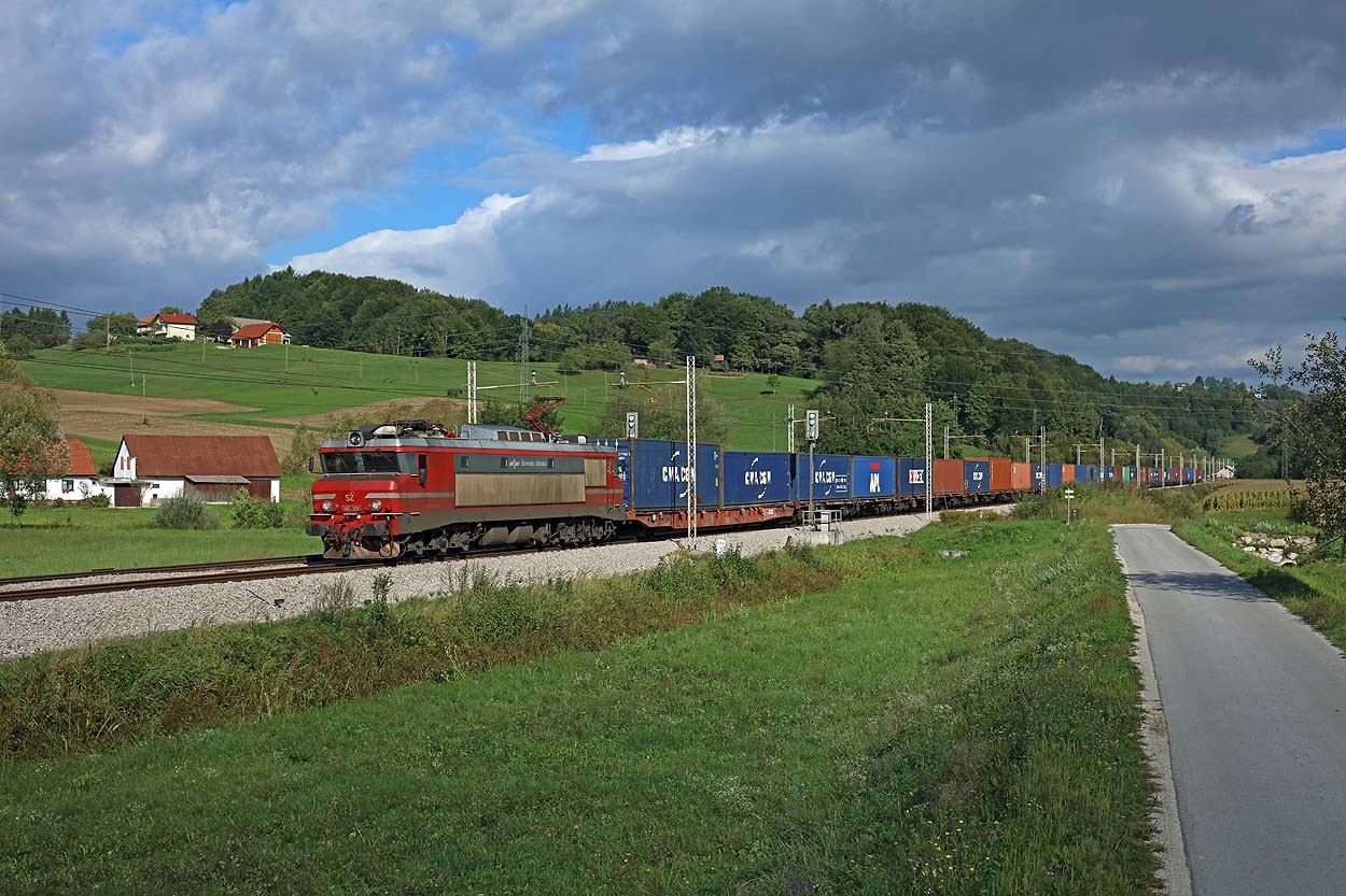 Under a threathening sky SZ 363 038 heads an RCA container train from Spielfeld-Strass (A) to Koper at Grobelno on 14 September 2017.
